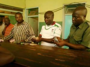 Kapiri Mposhi police count confiscated money. Picture from the Lusaka Times Website